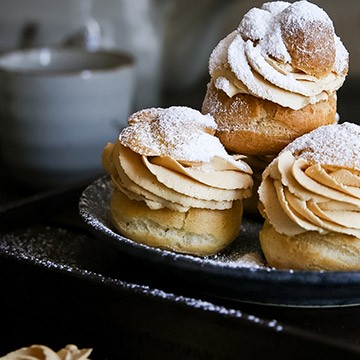 Profiteroles with salted caramel Creme Dual