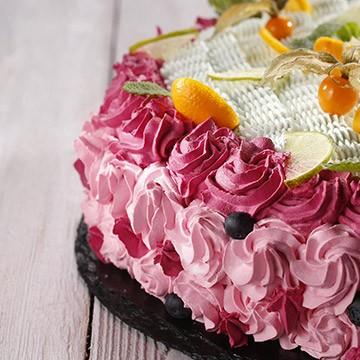 Kakao torta s kremom od limete i glazurom od šumskog voća