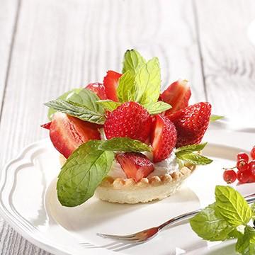 Mini tortice punjene kremom s aromom vanilije i svježim jagodama
