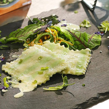 Ravioles de espinaca con vegetales a la crema en juliana
